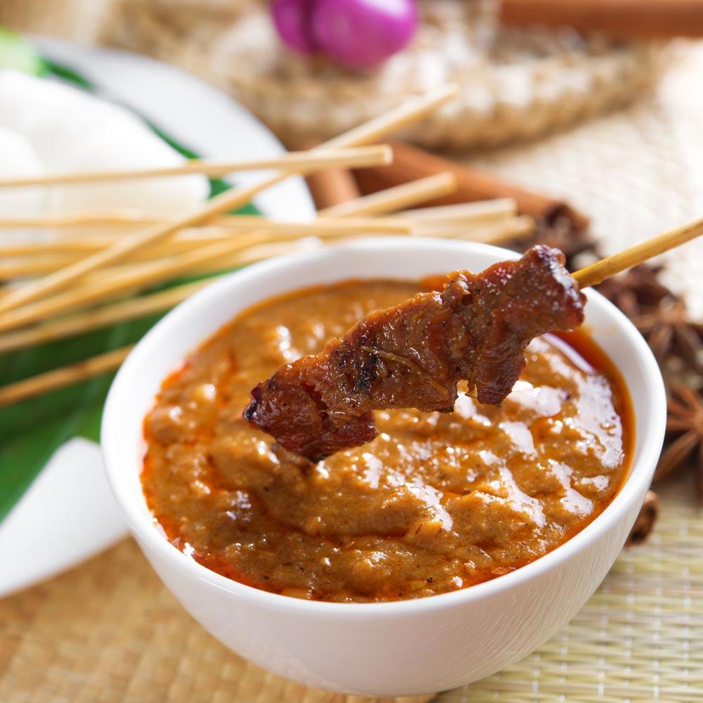 Satay de ternera con salsa de maní