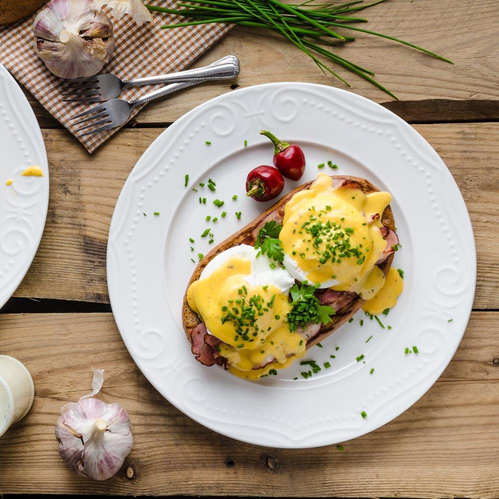 Huevos Benedict sobre polenta