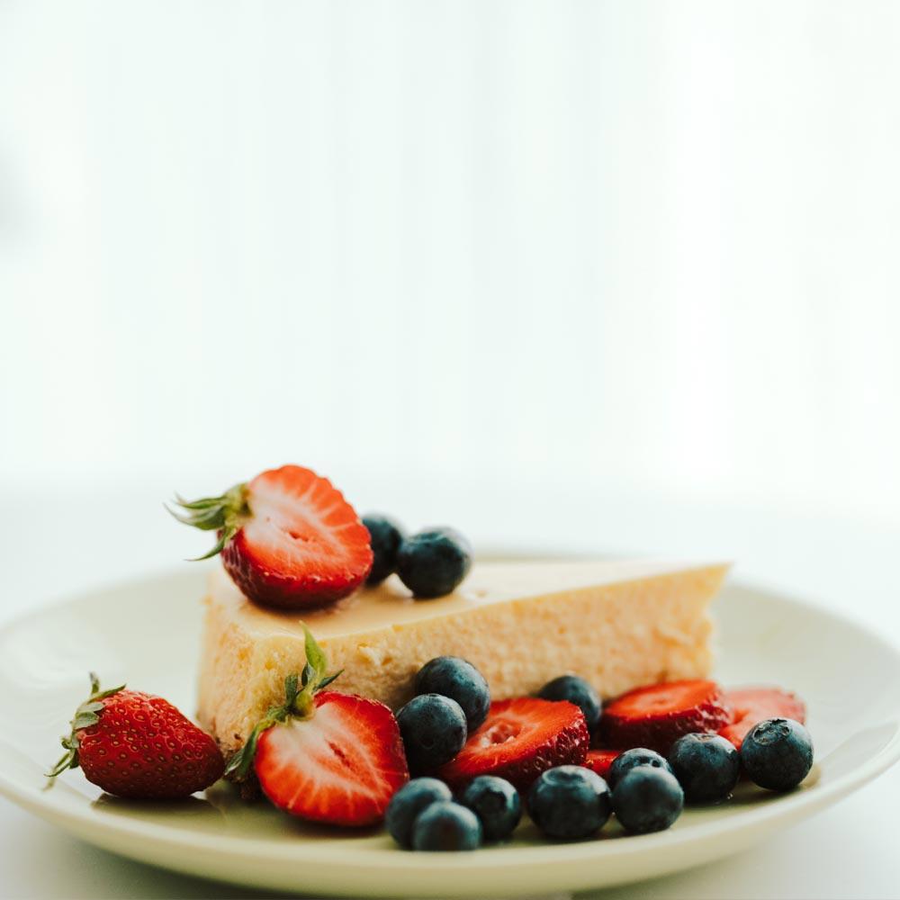 Pastel de queso rojo, blanco y azul